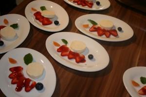 Salat von Erdbeeren mit Panna Cotta